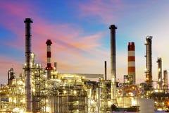 Fábrica en la puesta del sol - refinería de petróleo Fotografía de archivo libre de regalías