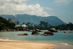 Fábrica en una playa tropical Imagenes de archivo