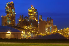 Fábrica/fábrica de productos químicos en la noche Imagen de archivo