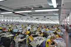 Fábrica grande de la materia textil con los trabajadores valiosos Imagen de archivo libre de regalías