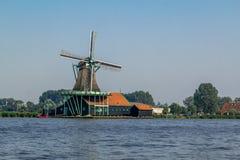 Fábrica histórica del molino de viento en el Zaanse Schans Imágenes de archivo libres de regalías