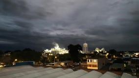 Fábrica iluminada em uma zona industrial com um céu e uma poluição escuros vídeos de arquivo