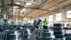 Fábrica industrial con un droid que es manejado por el hombre almacen de video