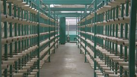 Fábrica industrial de la materia textil Producción de la tela almacen de metraje de vídeo