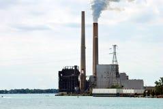 Fábrica industrial em um lago fotos de stock