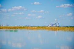 Fábrica industrial en un lago Foto de archivo libre de regalías