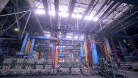 Fábrica industrial gigante dentro video estoque