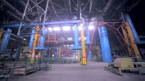 Fábrica industrial gigante dentro filme
