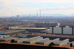 Fábrica industrial grande con los tubos y los almacenes, paisaje industrial foto de archivo libre de regalías