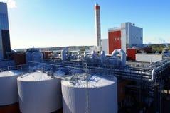 Fábrica industrial moderna contra el cielo azul fotografía de archivo