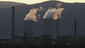Fábrica industrial produzindo o fumo, poluição do ar Aquecimento global, energia renovável non- filme