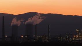 Fábrica industrial produzindo o fumo, poluição do ar Aquecimento global, energia renovável non- vídeos de arquivo