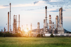 Fábrica na manhã, instalação petroquímica da refinaria de petróleo Imagem de Stock Royalty Free