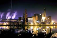Fábrica na noite Imagem de Stock Royalty Free
