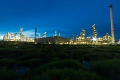 Fábrica na noite, petróleo da refinaria de petróleo, instalação petroquímica Foto de Stock
