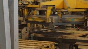 Fábrica para a produção de blocos de cimento e de pedras de pavimentação video estoque