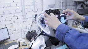 Fábrica para a produção de robôs O cientista introduz a placa - a cara do robô Dá a vida ao robô vídeos de arquivo