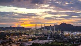 Fábrica petroquímica de la refinería de petróleo de la puesta del sol hermosa foto de archivo libre de regalías