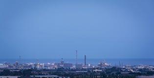 Fábrica petroquímica sobre la hora azul Fotografía de archivo