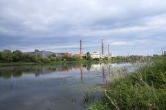 Fábrica por el río Fotos de archivo