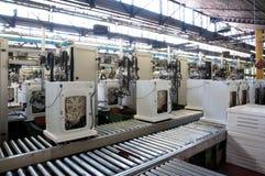 Fábrica: producción de la lavadora Fotos de archivo libres de regalías