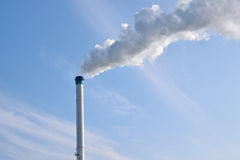 Fábrica química con humo Imágenes de archivo libres de regalías