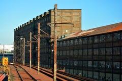 Fábrica que aherrumbra vieja abandonada con la plataforma aumentada del tren Imagen de archivo