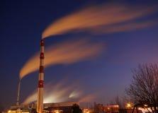 Fábrica que fuma en la noche Fotografía de archivo