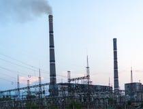 Fábrica que genera la central eléctrica de energía del carbón en la puesta del sol Foto de archivo libre de regalías