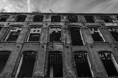 Fábrica velha arruinada de matéria têxtil em preto e branco, B&W fotos de stock