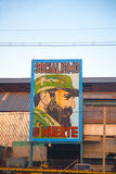 Fábrica velha em Havana com a imagem de Fidel Castro Imagens de Stock Royalty Free