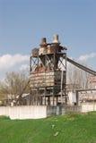 Fábrica velha em um monte verde Foto de Stock Royalty Free