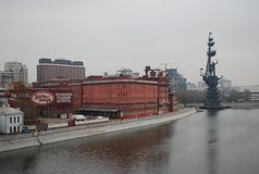 Fábrica vermelha do chocolate de outubro e um monumento a Peter mim no rio de Moskva fotografia de stock royalty free