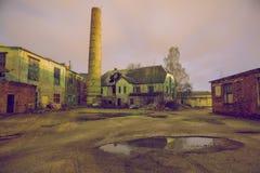 Fábrica vieja cerrada del coche en Letonia Foto de archivo