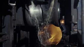 Fábrica vieja de producción auto de los componentes Warehouse del tubos de aluminio la producción de tubos del metal Soldadura de almacen de metraje de vídeo