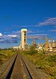 Fábrica y ferrocarril del cemento Imagenes de archivo