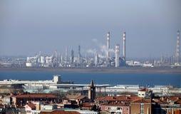 Fábricas e chaminés das indústrias perto de Veneza em Itália Fotos de Stock