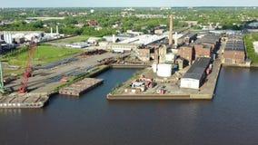 Fábricas a lo largo de Camden New Jersey Waterfront almacen de metraje de vídeo