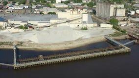 Fábricas a lo largo de Camden New Jersey Waterfront almacen de video