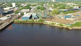 Fábricas a lo largo de Camden New Jersey Waterfront metrajes