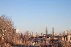 Fábricas y almacenes abandonados con sus chimeneas distintivas en Europa Oriental, en Pancevo, Serbia, antigua Yugoslavia imágenes de archivo libres de regalías