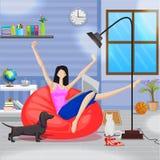 Mujer que trabaja en el ordenador portátil que se sienta en sofá Fotos de archivo libres de regalías