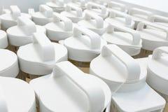 Fácil-a lleve el casquillo plástico blanco de la botella de acrílico en las filas para p imagen de archivo