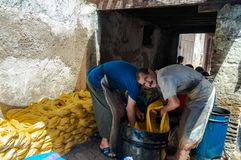 Fès, Fès-Meknès/Morocco - 08162011: Мастеры в Medina работая традиционные handycrafts Стоковые Фотографии RF