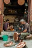 Fès, Fès-Meknès/Morocco - 08162011 : Artisans en Médina fonctionnant les handycrafts traditionnels photographie stock