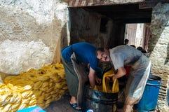 Fès, Fès-Meknès/Morocco - 08162011: Vaklieden in Medina die traditionele handycrafts werken Royalty-vrije Stock Foto's
