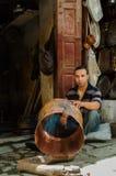 Fès, Fès-Meknès/Morocco - 08162011: Vaklieden in Medina die traditionele handycrafts werken Stock Afbeeldingen