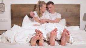 Füße Paare, die im Bett stationieren stock video