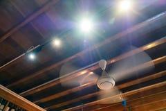 Fã antigo da rotação no teto de madeira com o decorati de brilho claro fotos de stock