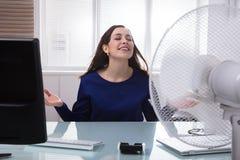 Fã bonde de Cooling Herself With da mulher de negócios fotos de stock